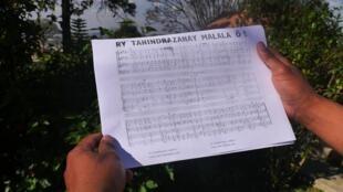 """Impression de l'original de la partition de """"Ry Tanindrazanay Malala ô"""" annotée à la main par Norbert Raharisoa, le compositeur.Impression de l'original de la partition de """"Ry Tanindrazanay Malala ô"""" annotée à la main par Norbert Raharisoa, le compositeur."""