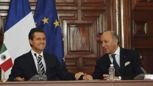 Le président mexicain Enrique Peña Nieto (g.) et Laurent Fabius lors de l'installation du nouveau Conseil stratégique franco-mexicain, le 15 juillet 2013.