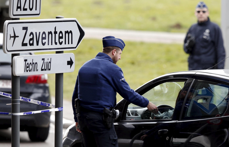 Les forces de l'ordre belges contrôlent l'accès de l'aéroport de Bruxelles-Zaventem, le 29 mars 2016, une semaine après l'attentat du 22 mars..