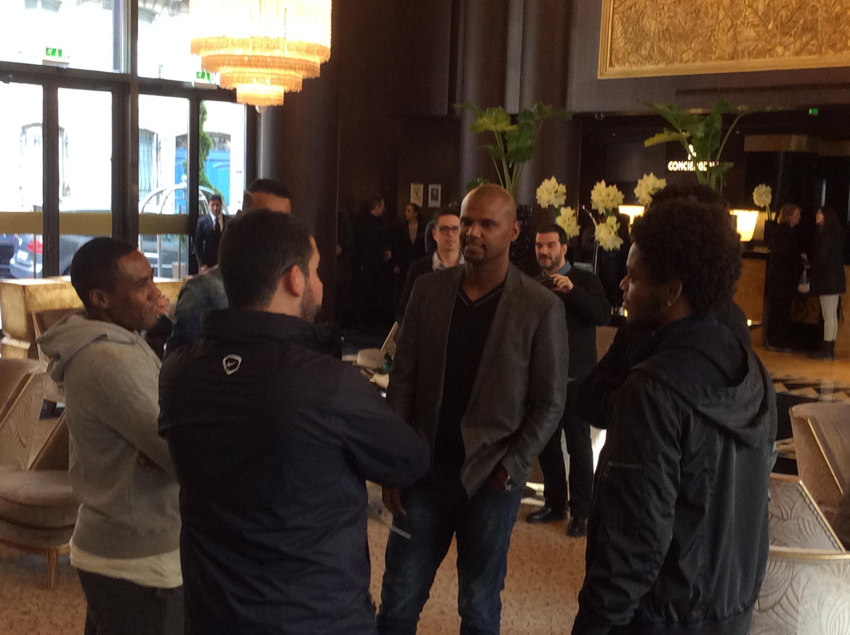 Jogadores conversam no hotel em Paris: Luiz Adriano (d), Jefferson e Elias (e).