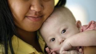 Gammy et sa mère porteuse, Pattaramon Chanbua, le 3 août 2014, dans la province thaïlandaise de Chonburi.