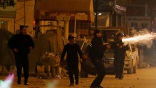 Cảnh sát quăng lựu đạn cay vào người biểu tình hôm 10/01/2018 tại Tunis.