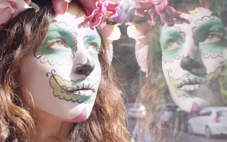Captura de pantalla del videoclip de 'Prayer in C'.