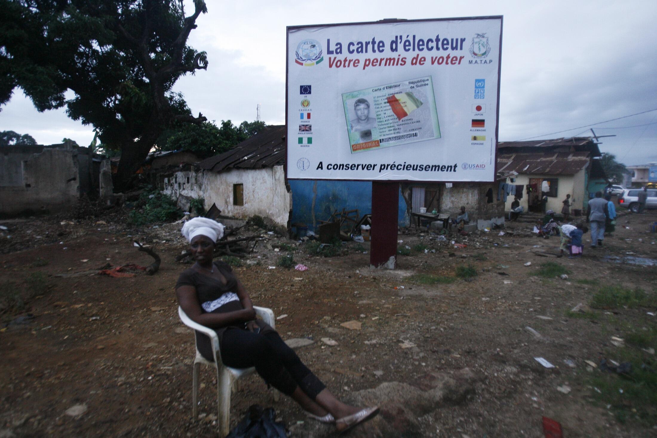 «La carte d'électeur : votre permis de voter» peut-on lire sur un panneau publicitaire à Conakry.