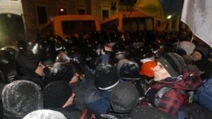 Os manifestantes bloqueavam um dos acessos ao edifício da sede do governo ucraniano, ma madrugada desta terça-feira, dia 10 de dezembro.