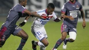 O atacante do Olympique de Lyon, Michel Bastos, ao centro.