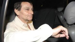 Cesare Battisti saindo da prisão em Brasília em 2011.