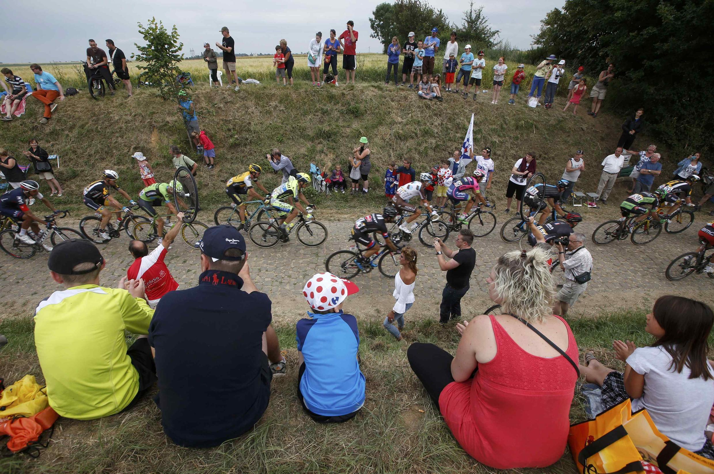 Les spectateurs regardent passer les coureurs du Tour de France, le 7 juillet 2015.