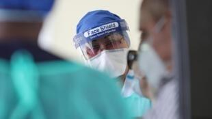 Photo prise dans un service de test au volant pour le coronavirus Covid-19 dans la capitale qatarienne Doha, le 7 mai 2020.