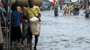 Au Bénin, à la suite des inondations, des milliers de personnes se sont retrouvées sans abri.
