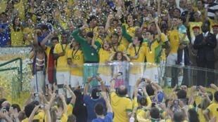 A seleção brasileira comemora vitória da Copa das Confederações 2013