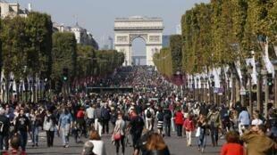 """2015年第一屆""""巴黎無車日""""將在香榭麗舍大道變成了允許市民隨意遊覽的步行街"""