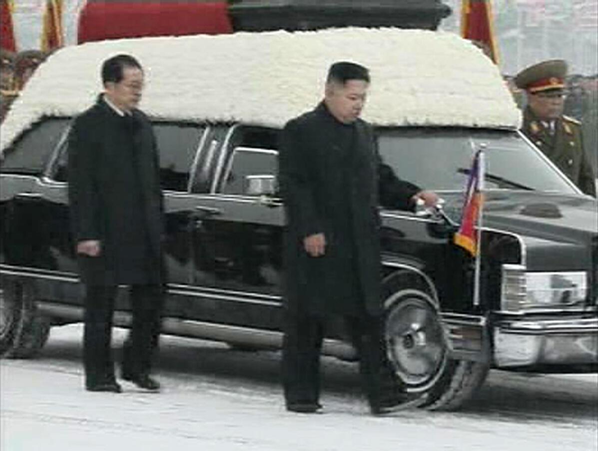 Kim Jong-un (devant) et son oncle Jang Song-thaek accompagnant la dépouille de Kim Jong-il, le 28 décembre 2011 à Pyongyang..
