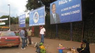 Les affiches de Paul Biya prolifèrent dans Yaoundé avant  la présidentielle du 9 octobre 2011.