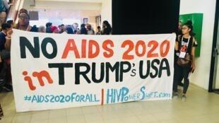Manifestation à la conférence AIDS 2018 à Amsterdam contre les coupes budgétaires des aides américaines dans la lutte contre le Sida.