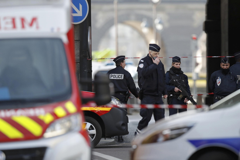 Homem ataca soldados com um facão perto do Museu do Louvre em Paris nesta sexta-feira, 3 de fevereiro de 2017.
