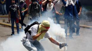 Estudantes também participam da onda de protestos na Venezuela. Foto de 30/04/2107.