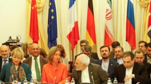 Lãnh đạo ngoại giao châu Âu Federica Mogherini (áo đỏ) và ngoại trưởng Iran Mohammad Javad Zarif, tại Vienna, ngày 6/7/2018.