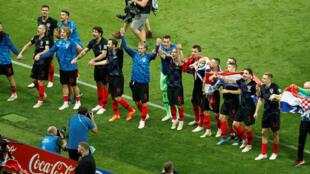 Jogadores da Croácia comemoram vitória sobre os ingleses