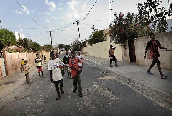 Crianças talibés mendigam nas ruas de Dacar, no Senegal.