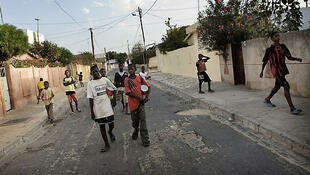 Os talibés mendigando nas ruas do Senegal.