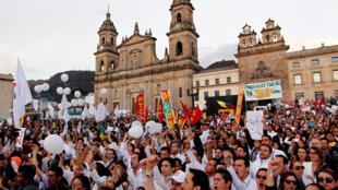 Los colombianos festejan la firma de la paz en la Plaza de Bolívar, este 26 de septiembre en Bogotá.