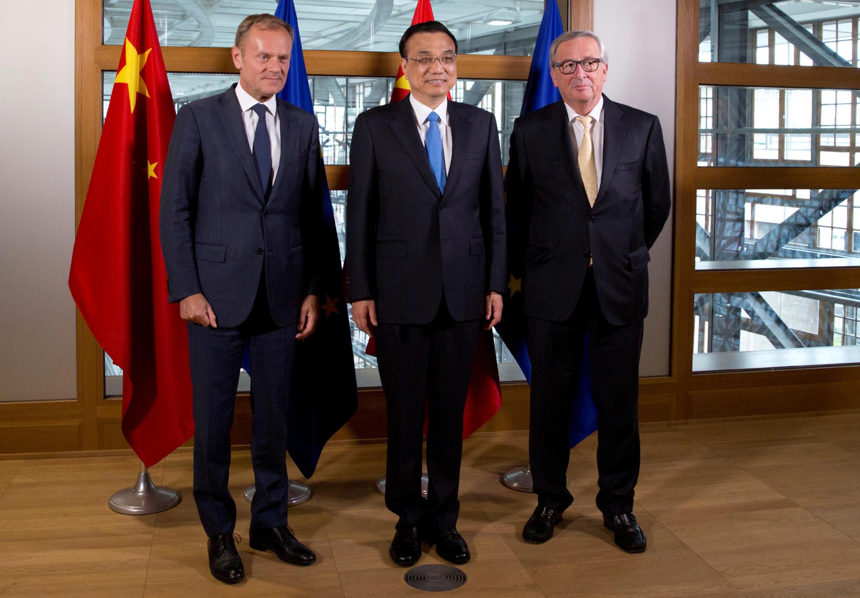 Thủ tướng Trung Quốc Lý Khắc Cường bên cạnh chủ tịch Ủy Ban Châu Âu Jean-Claude Juncker (P) và chủ tịch Hội Đồng Châu Âu Donald Tusk (T) tại hội nghị thượng đỉnh song phương Trung Quốc-Liên Hiệp Châu Âu ở Bruxelles, Bỉ, ngày 1/06/2017.