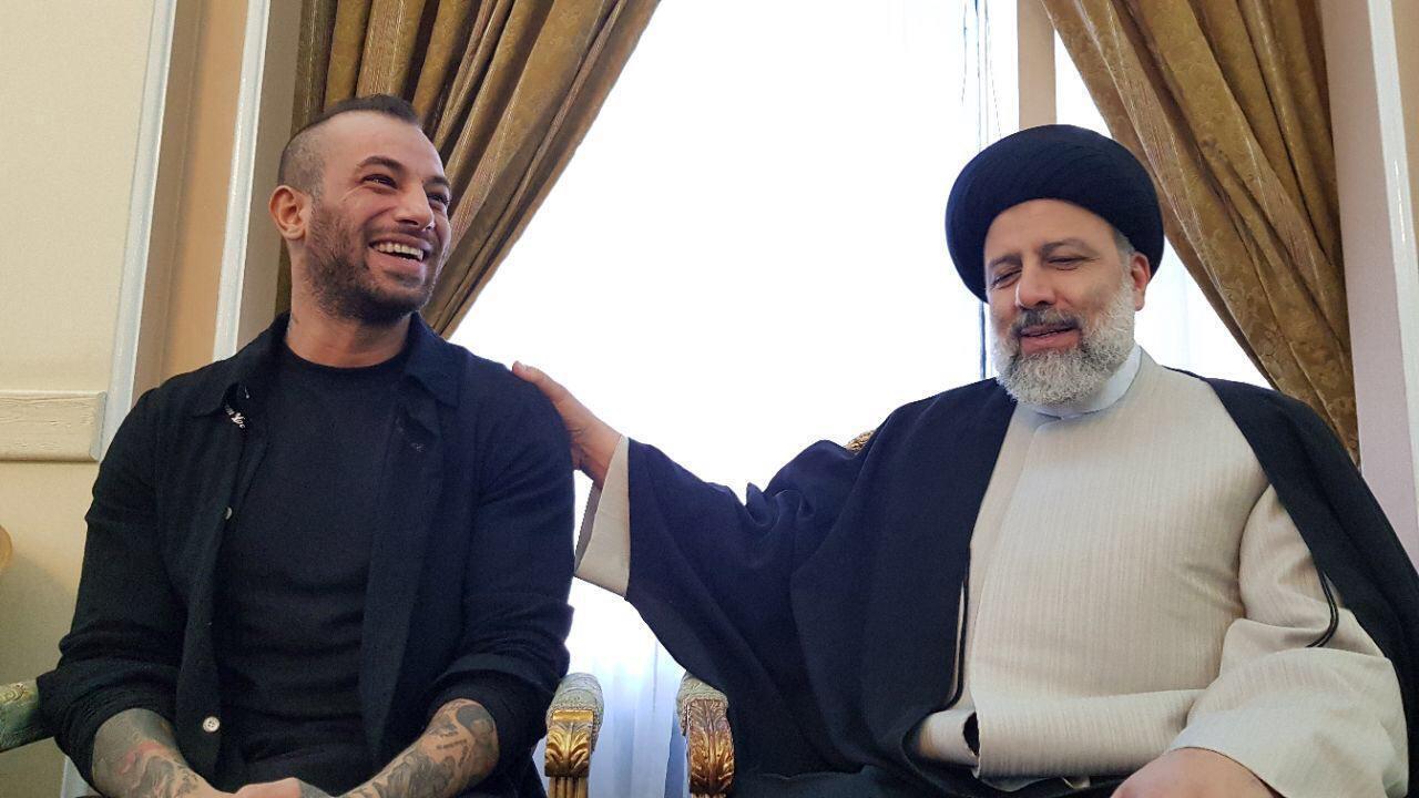 """دیدار  ابراهیم رئیسی، نامزد اصولگرایان  در دوازدهمین دوره انتخابات ریاست جمهوری، با امیرحسین مقصودلو معروف به """"تتلو"""" که در انتخابات از وی حمایت کرده بود."""