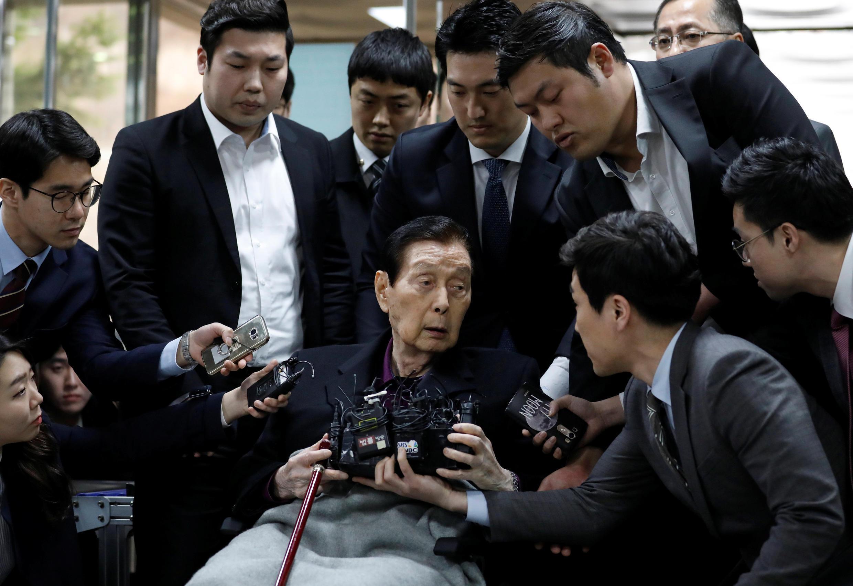 Nhà sáng lập tập đoàn Lotte Shin Kyuk-ho bị tới tòa án Seoul, Hàn Quốc, ngày 20/03/2017.