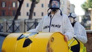 Un activiste de Greenpeace manifeste contre le nucléaire à Rome, le 7 mars 2009.