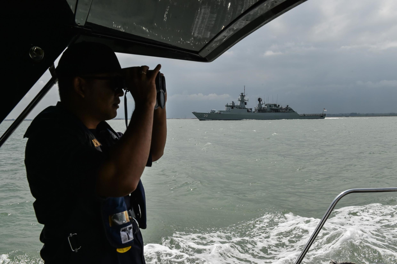 Một nhân viên của Cơ quan tuần duyên Malaysia đang quan sát lưu thông hàng hải tại Johor, ngoài khơi Malaysia. Ảnh chụp ngày 24/08/2017.