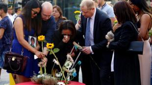 Familiares fazem oferendas de flores nas Ramblas de Barcelona, na cerimônia de um ano de homenagem às vítimas do ataque terrorista.