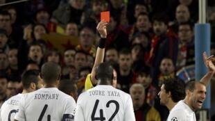 Alkalin wasa Stephane Lannoy  ya ba Dan wasan Manchester City Pablo Zabaleta Jan kati a fafatawa da Barcelona a gasar zakarun Turai