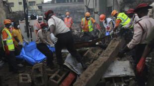 Equipe de resgate retira corpos do local do acidente de avião que matou 159 pessoas em Lagos, na Nigéria.