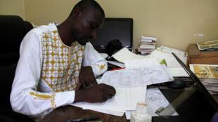 L'auteur de bande dessinée Didier Kassaï à sa table à dessin, à Bangui, le 1er mars 2019.
