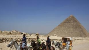 Quelques touristes sur le site des pyramides de Gizeh, en 2013.