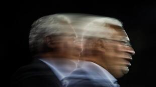 Uma fotografia em baixa velocidade do secretário-geral do Partido Socialista (PS) e cabeça de lista por Lisboa, António Costa, durante um comício no âmbito da campanha eleitoral para as eleições legislativas 2019, em Coimbra, 30 de setembro de 2019.