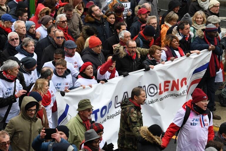 """Những người """"Khăn Đỏ"""" xuống đường tại Paris ngày 27/01/2019 để phản đối bạo lực trong các cuộc biểu tình của người Áo Vàng."""
