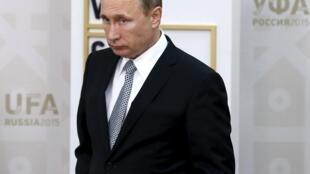 Владимир Путин ждет гостей саммита БРИКС в Уфе, 9 июля 2015.