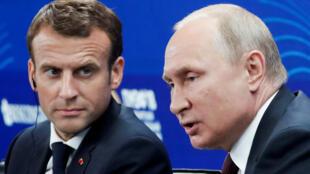 Владимир Путин (справа) и Эмманюэль Макрон в Константиновском дворце. 25 мая 2018 г.