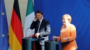 德国总理默克尔与意大利总理伦齐在记者会上2015年7月1日柏林