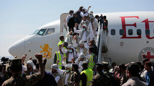 Des prisonniers yéménites arrivant à l'aéroport de Sanaa suite à un échange, le jeudi 15 octobre 2020.