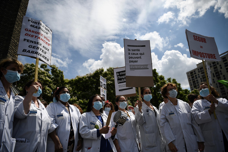 Profissionais de saúde manifestam em França protestando contra as condições de trabalho e pedindo melhorias salariais.