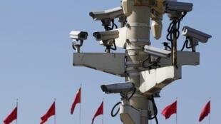 """Hệ thống caméra giám sát được lắp đặt dày đặc tại Thiên An Môn, Bắc Kinh, Trung Quốc để theo dõi """"nhất cử, nhất động"""" của người dân tại quảng trường."""
