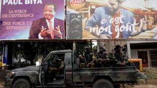 """比亚的竞选条幅上用英法语写着""""经验的力量"""""""