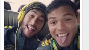 O ex-capitão da seleção brasileira Thiago Silva brinca com o atual capitão, Neymar