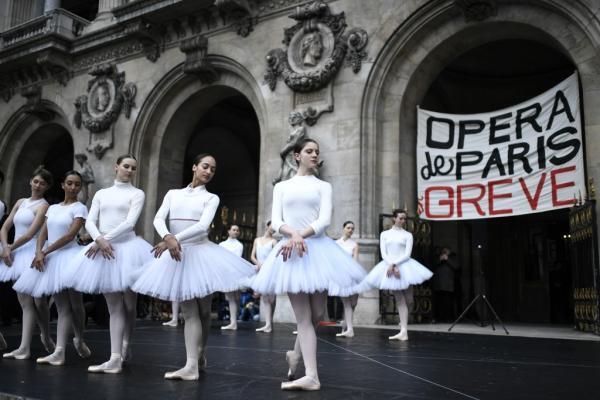 Las bailarinas siguen de huelga.