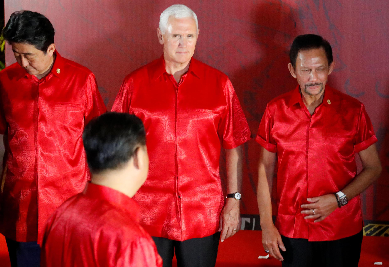 Phó tổng thống Mỹ Mike Pence (giữa), chủ tịch Trung Quốc Tập Cận Bình (quay lưng) tại APEC, Papua New Guinea ngày 17/11/2018.