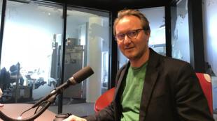 Nicolas Champeaux en studio à RFI.
