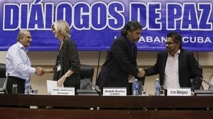 El negociador del gobierno colombiano Humberto de la Calle estrecha la mano de la representante de Noruega mientras el negociador de las Farc Iván Márquez saluda al mediador cubano. El 19 de enero de 2016 en La Habana.